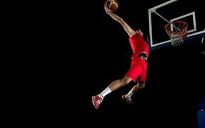 Обои мяч, сетка, красные, спортсмен, футболка, прыжок, кроссовки, форма, шорты, мужчина, баскетбол, черный фон, носки, корзина, ...