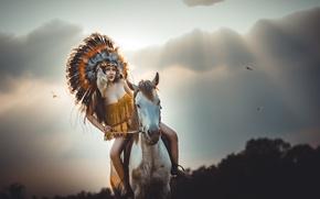 Картинка девушка, лицо, лошадь, перья, скачет, головной убор