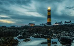 Картинка небо, вода, облака, огни, камни, маяк, вечер, домики, Ирландия, St Johns Lighthouse, побередье