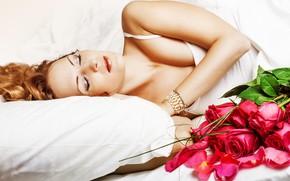 Картинка девушка, украшения, цветы, розы, букет, макияж, майка, прическа, спит, красные, лежит, подушка, одеяло, белая, рыжая, …