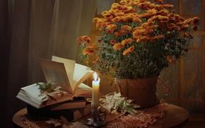 Картинка листья, цветы, стол, огонь, книги, свеча, ваза, натюрморт, оранжевые, хризантемы, скатерть, подсвечник