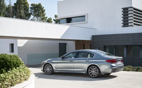 Обои небо, дом, растительность, BMW, стоянка, сзади, вид сбоку, клумба, фасад, 540i, 5er, M Sport, 2017, ...