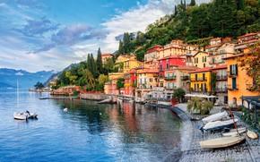 Картинка небо, облака, деревья, горы, озеро, берег, дома, лодки, Италия, Milan, Lake Como