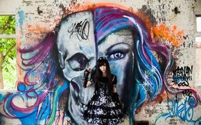 Картинка девушка, стиль, стена, граффити, платье, ножки