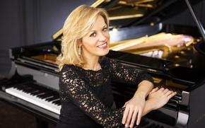 Картинка улыбка, фон, серьги, рояль, черное, блондинка, красавица, красивая, кареглазая, пианистка, Steinway & Sons, Olga Kern, …