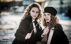Картинка ситуация, две девушки, берет, локоны