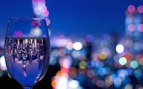 Картинка город, огни, отражение, вино, бокал, вечер, боке