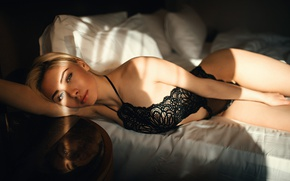 Картинка взгляд, девушка, свет, отражение, постель, тени, Юлия, Kᴬᴬᴺ ᗩᴸᵀᴵᴺᴰᴬᴸ, Kaan Altindal