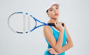 Картинка девушка, поза, фон, спорт, ракетка, кепка, спортсменка, униформа, теннис