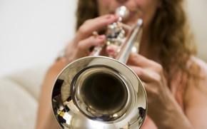 Картинка девушка, музыка, труба