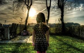 Обои небо, трава, солнце, деревья, закат, велосипед, детство, забор, двор, Девочка