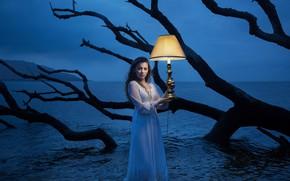Обои платье, лампа, коряга, ситуация, девушка, море