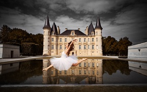 Обои Bordeaux, Шато Мутон-Ротшильд, Melissa Charrier, девушка, настроение, вода, Château Mouton Rothschild, балерина, замок, танец, France, ...