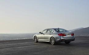 Картинка небо, асфальт, горы, серый, BMW, горизонт, сзади, седан, вид сбоку, площадка, 540i, 5er, M Sport, …