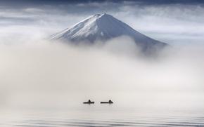 Обои люди, лодки, туман, гора
