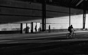 Картинка пешеходы, контраст, музыка, жанр, настроение, мужчина, прогулка, люди идут, велосипеды, прогулка на велосипеде, динамика, черно …