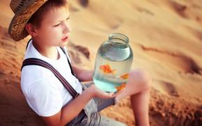 Картинка песок, рыбки, шляпа, мальчик, банка