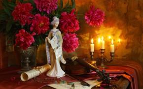 Обои скрипка, статуэтка, ожерелье, ноты, свеча, пионы, букет, японка