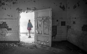 Обои девушка, комната, дверь, призрак