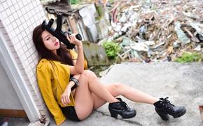 Картинка девушка, фон, ботинки, автомат, ножки, сидит