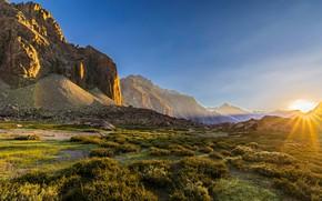Картинка небо, трава, солнце, лучи, горы, камни, скалы, рассвет, утро, долина, Чили, Анды