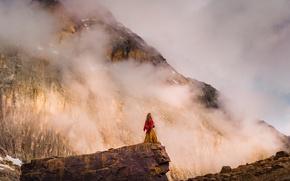 Картинка девушка, облака, горы, туман, обрыв, настроение, скалы, опасность, волосы, вид, ситуация, склон, платье, одинокая, фигурка, …