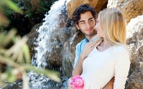 Картинка девушка, любовь, цветы, камни, водопад, букет, блондинка, пара, парень