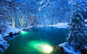 Картинка зима, лес, вода, снег, деревья, горы, огни, озеро, парк, вечер, Швейцария, подсветка, Switzerland, Kander Valley