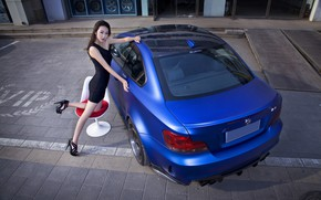 Картинка взгляд, Девушки, BMW, платье, стул, азиатка, красивая девушка, синий авто