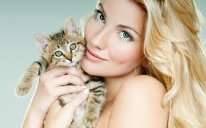 Картинка взгляд, девушка, фон, макияж, прическа, блондинка, красивая, котёнок, держит, в руках