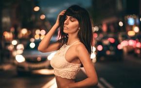 Картинка дорога, машины, ночь, город, огни, поза, блики, фон, модель, портрет, макияж, фигура, брюнетка, прическа, топик, …
