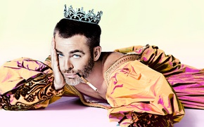 Картинка фон, корона, сигарета, наряд, актер, лежит, образ, принц, на полу, фотосессия, Крис Пайн, король, Chris …