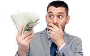 Обои деньги, белый фон, удивление, мужчина, доллары, купюры, пачка, костюм