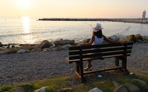 Картинка море, девушка, берег, вечер, шляпка, скамья