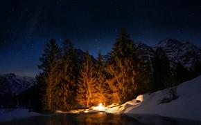 Картинка зима, лес, небо, звезды, свет, снег, горы, ночь, темнота, огонь, берег, вершины, человек, ели, костер, …