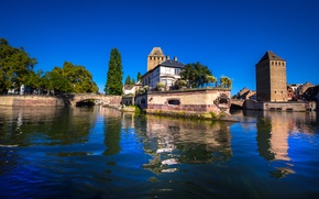 Картинка деревья, река, Франция, дома, мосты, солнечно, Strasbourg, небо голубое