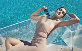 Картинка девушка, поза, фото, бассейн, фигура, платье, очки, Anne Hathaway, Энн Хэтэуэй