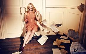 Картинка девушка, улыбка, бумага, ноты, двери, актриса, блондинка, листы, красивая, Александра Бортич