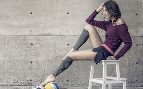 Картинка поза, ноги, модель, мячи, гетры, табурет