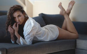 Картинка взгляд, девушка, диван, ноги, блузка, рубашка, шатенка, локоны, Koen Vandijck