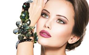 Картинка взгляд, девушка, рука, макияж, бусы, украшение, бижутерия