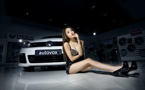 Картинка взгляд, Девушки, Volkswagen, азиатка, красивая девушка, белый авто, сидит над машиной
