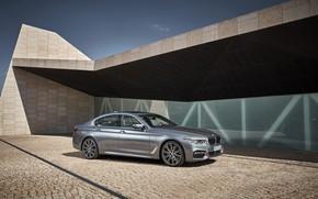 Картинка небо, серый, стена, здание, тень, брусчатка, BMW, стоянка, седан, 540i, 5er, M Sport, четырёхдверный, 2017, …