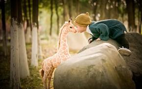 Картинка деревья, природа, камни, игрушка, поцелуй, малыш, жираф, кофта, ребёнок, шапочка, валуны