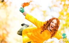 Обои пальто, рыжая, листья, боке, прическа, эмоции, девушка, шарф, желтые, радость, счастье, осень, перчатки