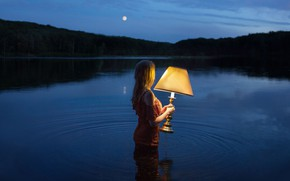 Обои девушка, ночь, озеро, настроение, лампа, ситуация