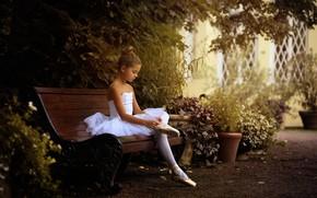 Картинка девочка, балерина, скамья, пуанты