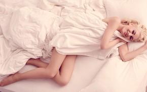 Картинка взгляд, лицо, улыбка, волосы, блондинка, лежит, ножки, Gwen Stefani