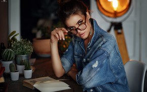 Обои Ксения, очки, кактусы, книга, джинсовка, Dmitry Arhar, рука, взгляд
