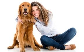 Картинка девушка, улыбка, собака, джинсы, прическа, туфли, белый фон, рыжая, рубашка, на полу, ретривер, сидят